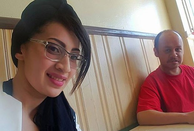 Cesia ao lado de Marcus no restaurante (Foto: Reprodução/Facebook)