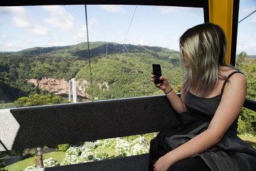 No bondinho é possível ver a natureza da mata nativa da Serra Gaúcha por um ângulo privilegiado. Foto: DUECompany