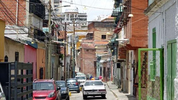 Em Catuche, próximo do centro da capital venezuelana, bandos de duas localidades estavam em guerra (Foto: BBC)