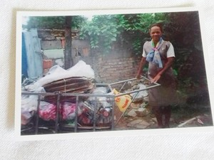 Fátima dos Santos, de Mogi das Cruzes guarda foto da época que era catadora de recicláveis (Foto: Fátima dos Santos/ Arquivo Pessoal)