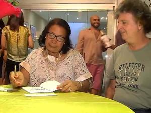Conceição distriui autógrafos durante lançamento de livro sobre sua história em Salvador (Foto: Reprodução/TV Bahia)