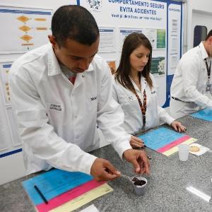 funcionarios-participam-de-testes-de-chocolate-na-fabrica-da-mars-1444242253670_300x300