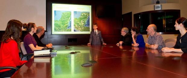William apresenta seus estudos a funcionários da Agência Espacial Canadense (Foto: Reprodução/Facebook/Canada Space Agency)