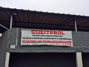 Faixa na frente do estádio (Foto: Cíntia Acayaba/G1)