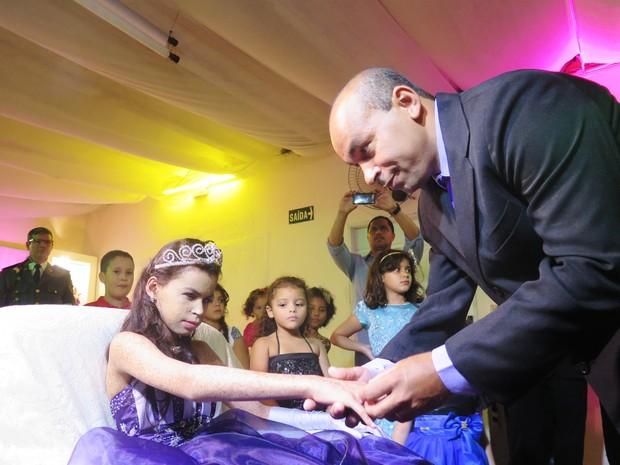 Pai entrega anel de 15 anos à filha Nayara em festa especial (Foto: Orion Pires/G1)