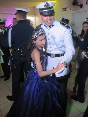 Nayara dançou com cadete da academia do Barro Branco (Foto: Orion Pires/G1)
