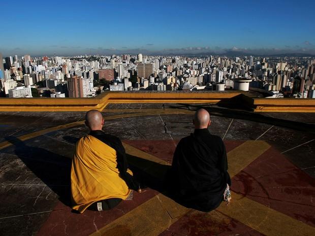 Os monges budistas Jishô Handa (oriental) e Seigen Mitih, meditam pelo menos uma vez por mês no heliponto do Edifício Copan, no centro da cidade de São Paulo (Foto: Hélvio Romero/Estadão Conteúdo)