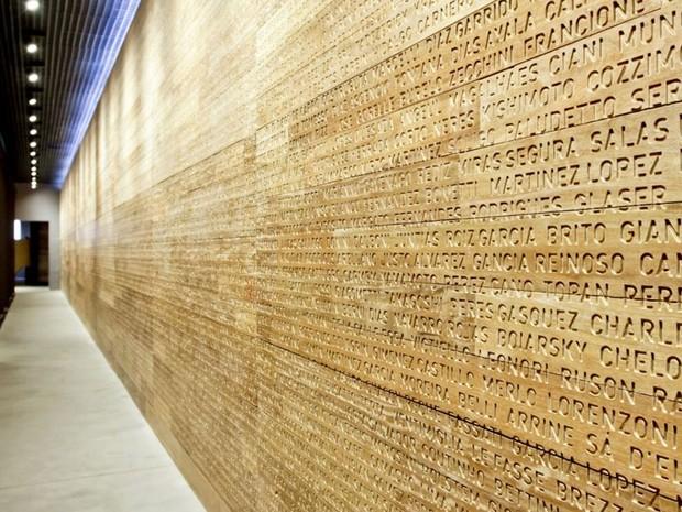 Além da arquitetura centenária, o Museu da Imigração, na Mooca, Zona Leste de SP, guarda uma parede onde estão gravados, em madeira, mais de 14 mil sobrenomes de diferentes locais do mundo (Foto: José Cordeiro/ SPTuris/Divulgação)