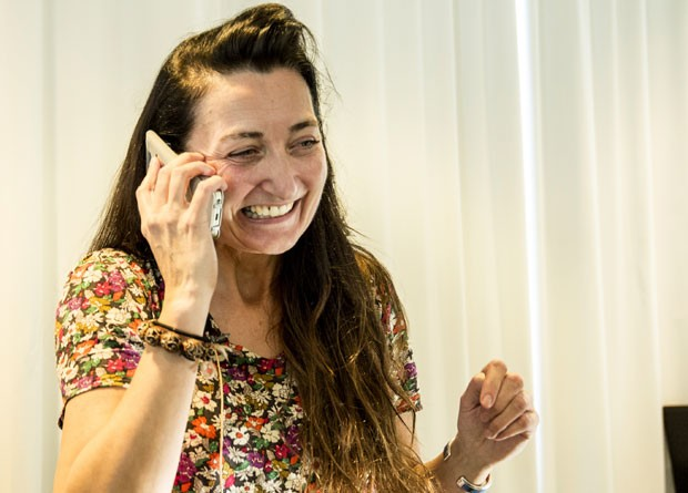 May-Britt fala ao telefone nesta segunda-feira (6) após saber que é uma das ganhadoras do Nobel (Foto: AP Photo/Ned Alley)
