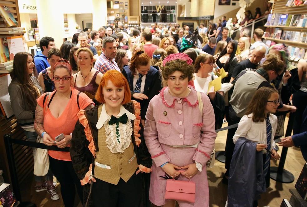 Fãs fazem fila para comprar cópia do livro 'Harry Potter e a Criança Amaldiçoada' em livraria de Londres (Foto: Neil Hall/Reuters)