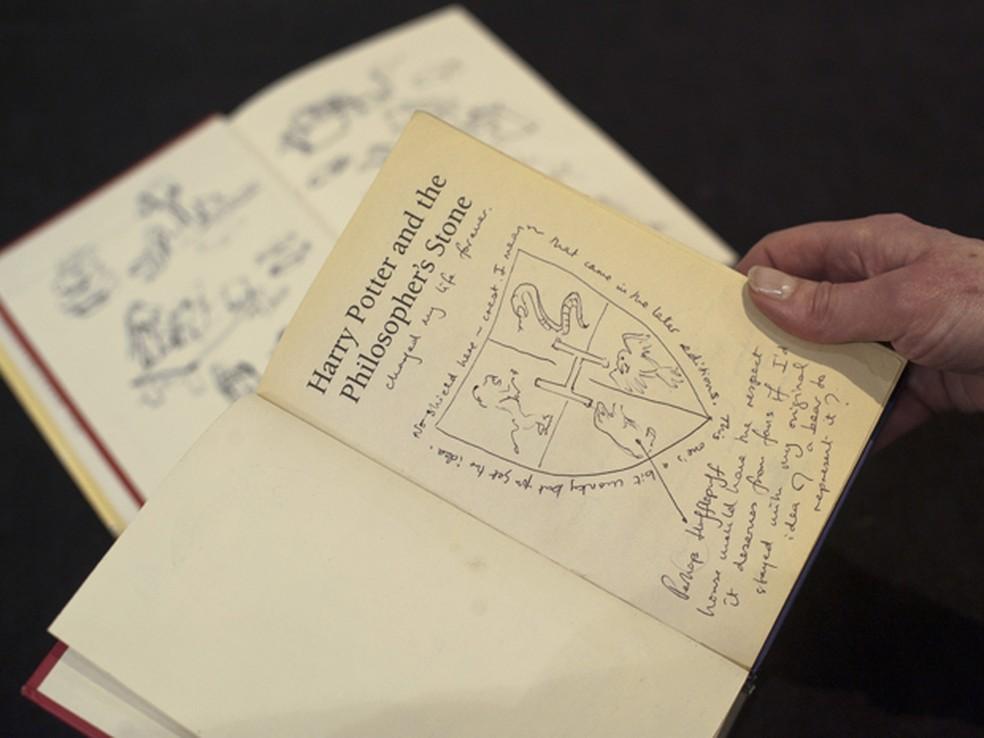 Edição de 1997 de primeiro livro da saga de Harry Potter com anotações originais da autora (Foto: AFP/Will Oliver)