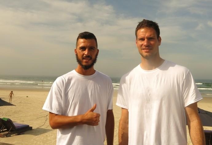 Os jogadores da Bósnia curtem o clima aprazível do litoral paulista neste domingo (Foto: Alexandre Lopes)