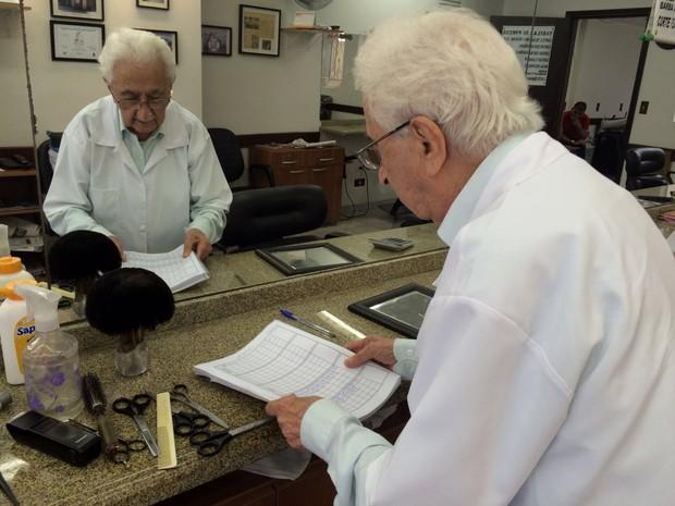 Seu Chiquinho, barbeiro de 99 anos na Vila Mariana (Foto: Cíntia Acayaba/G1)